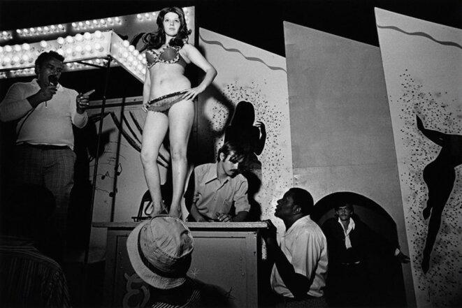 """Susan Meiselas, """"Lena juchée sur sa caisse, Essex Junction, Vermont, 1973"""" Série Carnival Strippers, © Susan Meiselas / Magnum"""