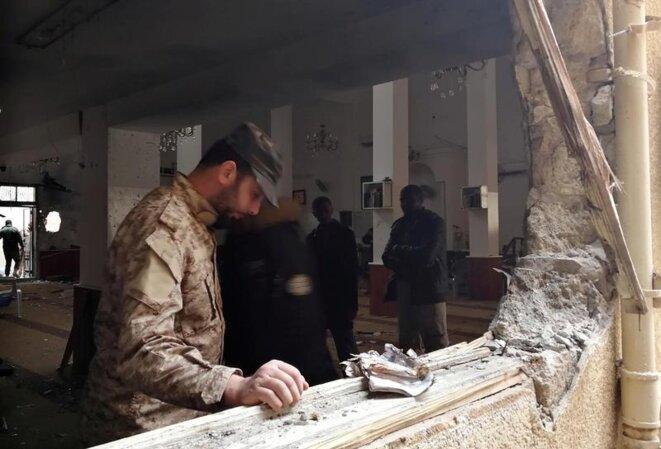 Un soldat de l'Armée nationale libyenne inspecte les dégâts après un attentat le 9 février 2018 dans une mosquée de Benghazi. © Reuters