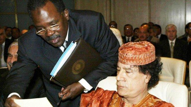 Bachir Saleh auprès de Mouammar Kadhafi. © DR