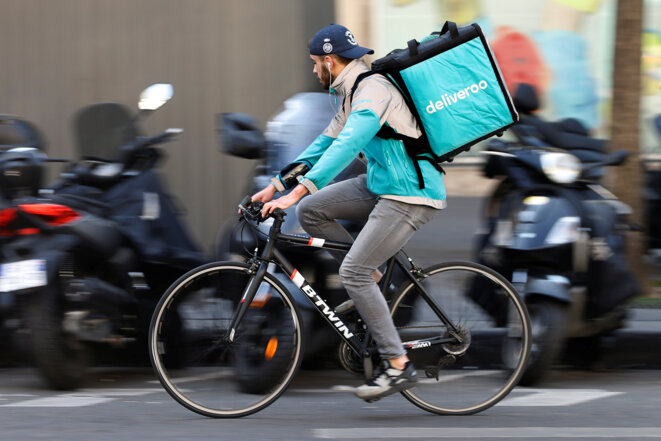 Un coursier Deliveroo, le 7 avril 2017 à Paris. © Reuters / Charles Platiau.
