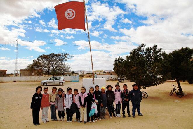 Devant une école primaire en Tunisie