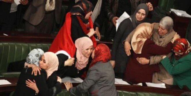 Des députés se congratulant à l'Assemblée nationale après l'adoption du texte constitutionnel le 26 janvier 2014. © © Reuters - Zoubeir Souissi