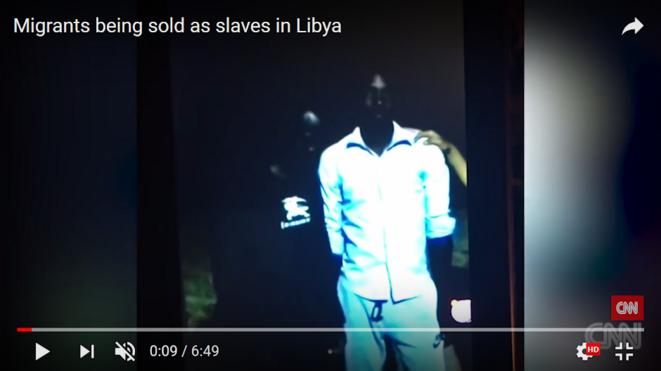 Prise d'écran de la vidéo de la CNN révélant la vente aux enchères de migrants en Libye © CNN