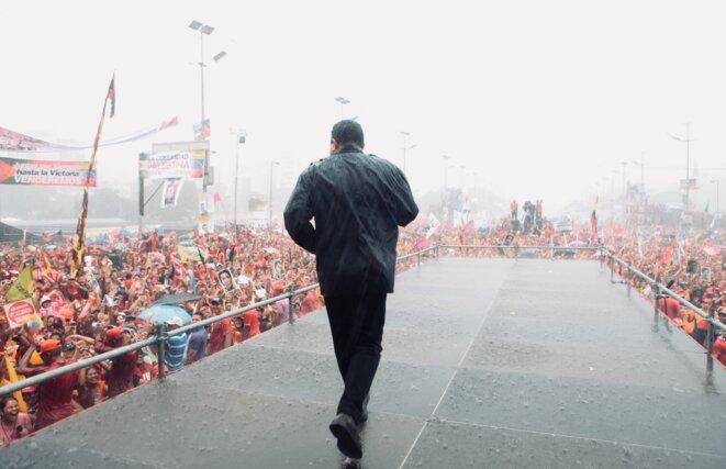 Hugo Chavez en meeting de fin de campagne présidentielle sous une pluie battante, 4 octobre 2012