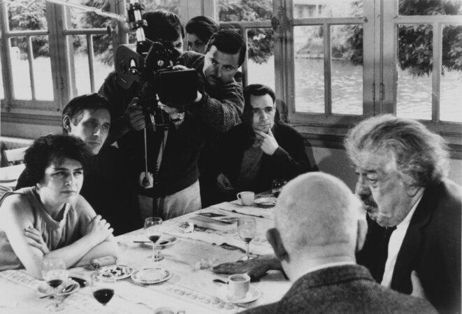 De dos Jean Renoir et Michel Simon, à gauche de la caméra Jacques Rivette, à droit Janine Bazin et , sans son chapeau, André S. Labarthe © Collection asl