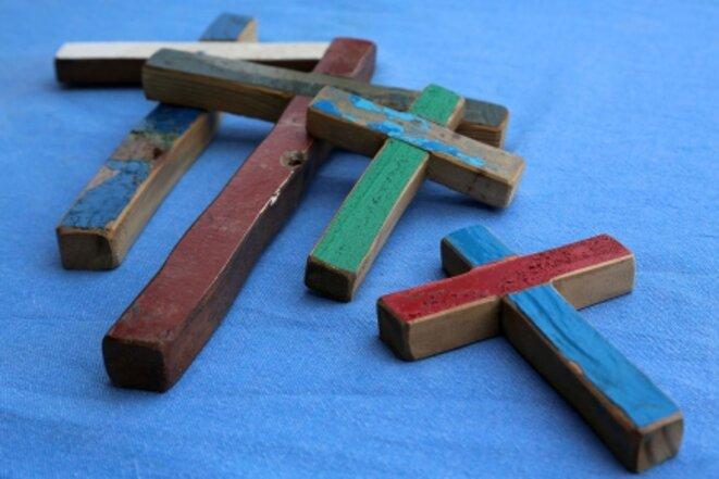 Franco Tuccio, croix sculptées dans le bois des bateaux de migrants échoués, collection privée © Manoël Pénicaud/Le Pictorium