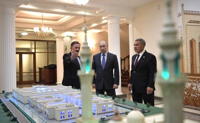 Vladimir Poutine au Tatarstan. À droite, le président tatar Roustam Minnikhanov. 25 janvier 2018. Kazan © Kremlin.ru