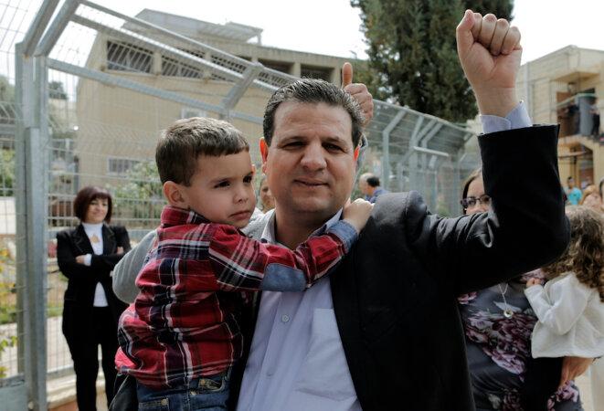 Ayman Odeh en 2015, avec son fils, lors du scrutin qui lui a permis d'entrer à la Knesset. © Reuters
