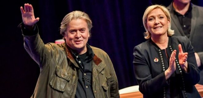 Marine Le Pen avec son coach préféré Steve Bannon au congrès de Lille