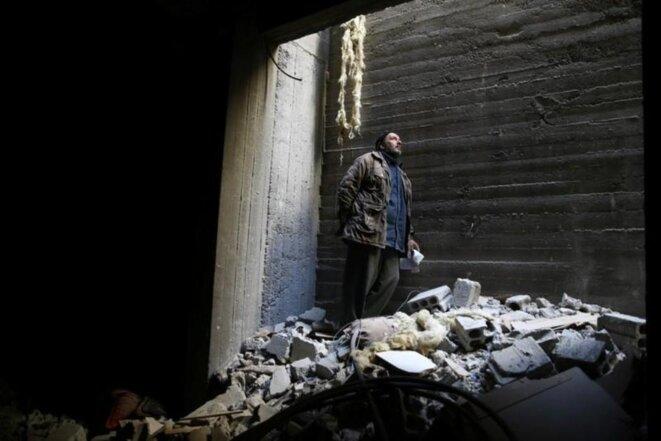 Un homme réfugié dans un abri, en fait le sous-sol de son immeuble, pour échapper aux bombardements. © Reuters