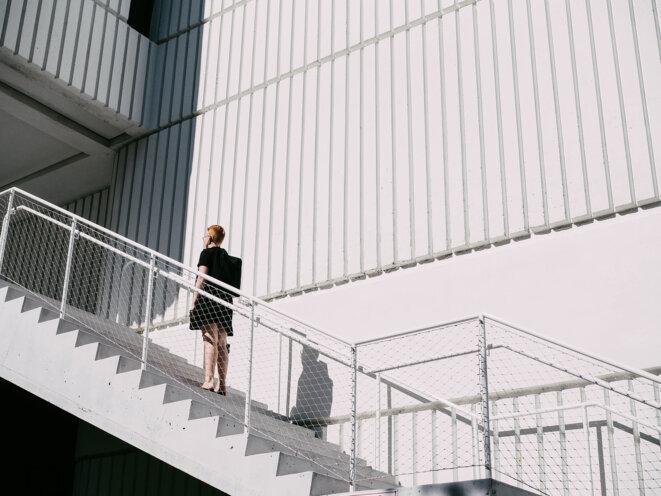 femme-escalier-egalite