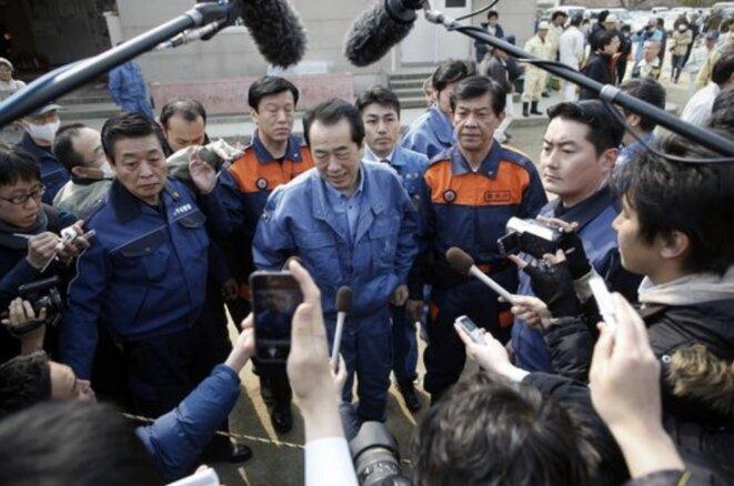 Naoto Kan, pendant sa visite à Rikuzentakata, frappée par le séisme et le tsunami, le 2 avril 2011 (Reuters/Damir Sagolj)