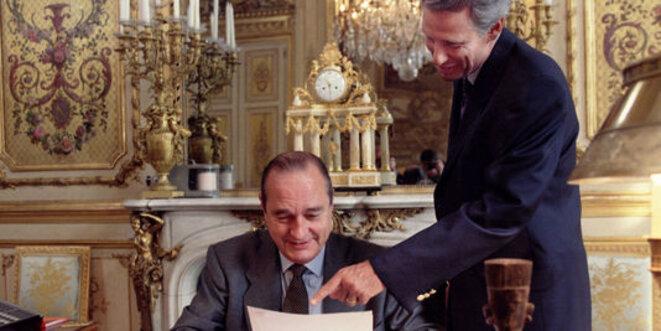 Jacques Chirac et son secrétaire général de l'Élysée Dominique de Villepin, en 1996. © Reuters