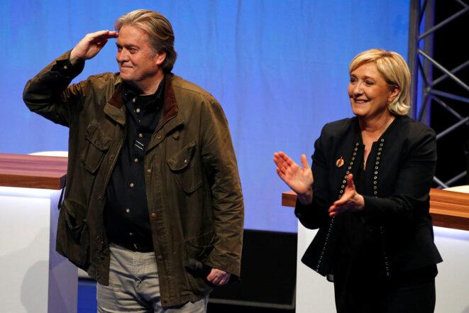 Marine Le Pen et l'ancien conseiller stratégique du président des États-Unis, Steve Bannon, le 10 mars © Reuters