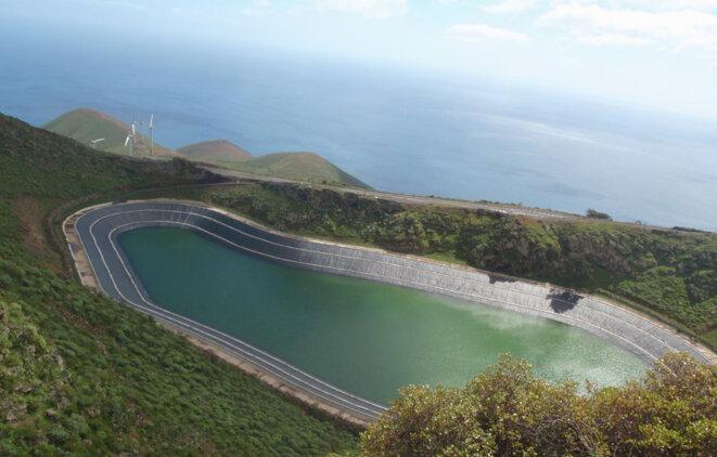 Le bassin de la station de pompage turbinage (STEP) de l'île d'El Hierro permettant de stocker l'énergie produite par les éoliennes. © © CLIMAT'O