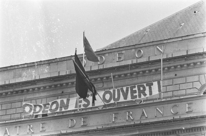 Mai 68, sur l'Odéon occupé, le drapeau noir côtoie le drapeau rouge © DR