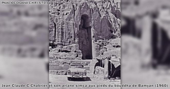 Jean-Claude C.Chabrier et son ariane-simca aux pieds du bouddha de Bamyan (1960) © Jean-Claude C.Chabrier
