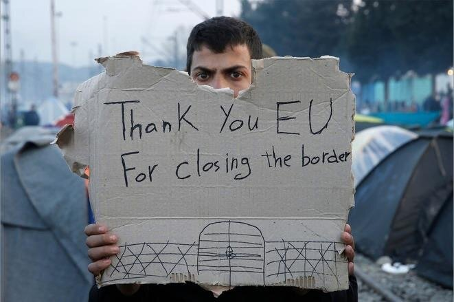 Mars 2016. Un réfugié demande l'ouverture des frontières dans un camp de fortune en Grèce, à la frontière avec la Macédoine. © Alkis Konstantinidis - Reuter