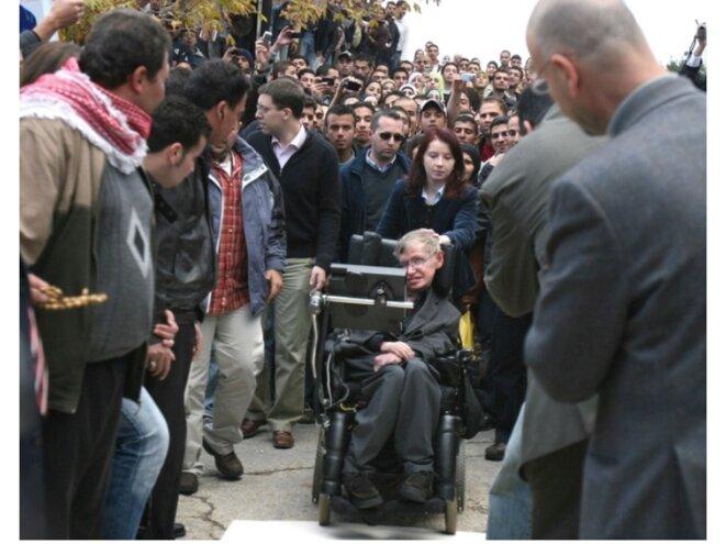 STEFEN HAWKING LORS DE SA VISITE DE L'UNIVERSITÉ DE BIRZEIT EN PALESTINE, EN 2006 © E'M.C. Free Palestine