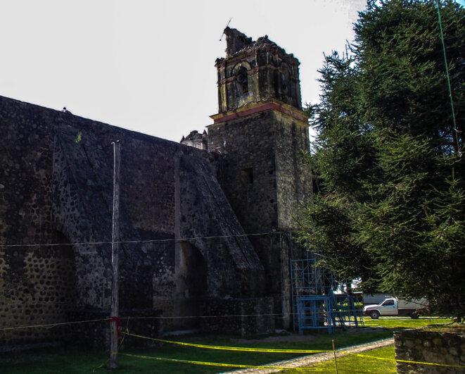 Le clocher de l'ex-couvent augustin Santo Domingo de Hueyapan, après le séisme du 19 septembre 2017 © Clément Detry