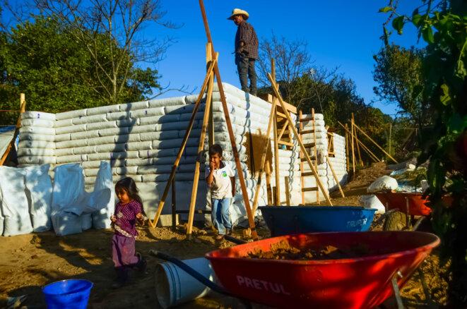 L'architecte et bioconstructeur Cato Arce croit en la capacité des communautés sinistrées à se reconstruire en récupérant et en transformant des matériaux locaux. Avec le soutien de l'association Dialogos y Reencuentros, et avec le concours d'une main d'oeuvre exclusivement locale, il compte terminer avant la fin de l'année 2017 la nouvelle maison d'Ezequiel, un habitant de Tetela del Volcan sinistré par le séisme du 19 septembre au Mexique. © Clément Detry