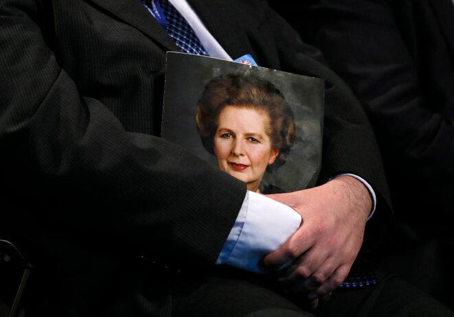 Portrait de Margaret Thatcher porté lors de ses obsèques. © Reuters