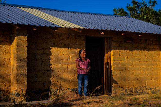 Valentina, peu après l'ouragan Ingrid, s'est construit avec l'aide de Cooperacion Comunitaria une nouvelle maison en adobe. Celle-ci n'a subi aucun dégât lors du séisme du 19 septembre, à une distance de 138 kilomètres de l'épicentre. © Clément Detry