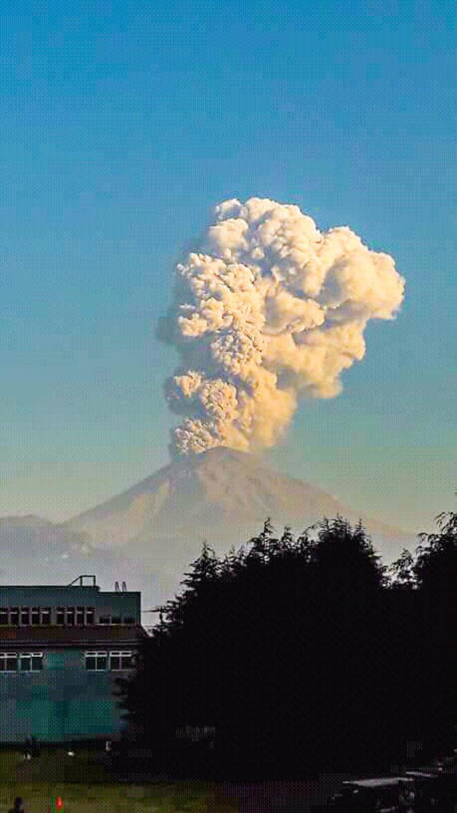 Le volcan Popocatepetl dégageant une épaisse fumée, Etat de Morelos, Mexique © Anonyme