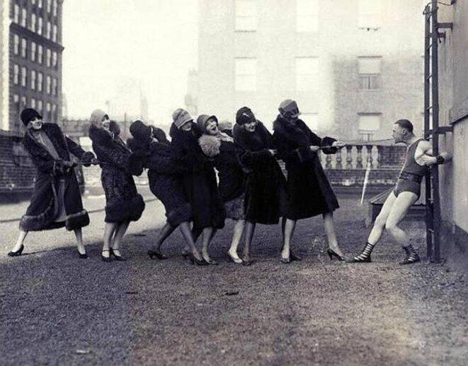 femmes-tirant-corde