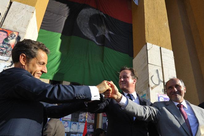 Nicolas Sarkozy y David Cameron, en Benghazi, en septiembre de 2011, con el jefe del Consejo Nacional de Transición (CNT) Moustapha Abdeljalil. © Reuters