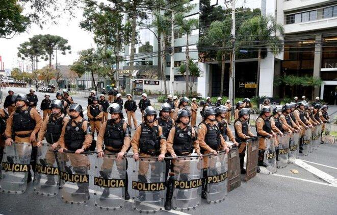 Devant les locaux de la justice fédérale, à Curitiba, le 10 mai 2017, pendant une audition de Lula © Reuters