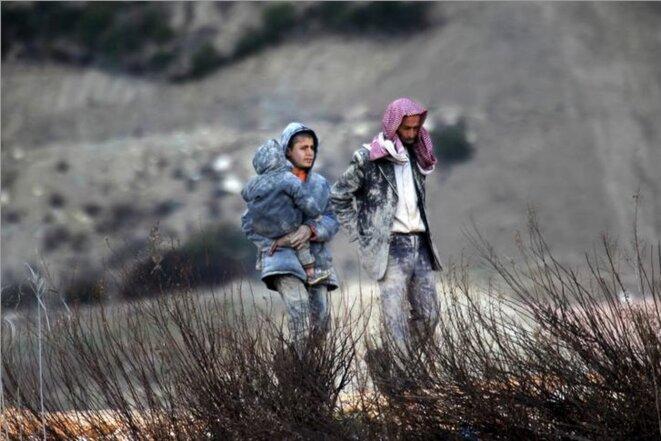 Des réfugiés syriens qui attendent de passer en Turquie, près de la frontière, le 7 février 2016. © Reuters