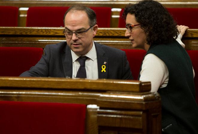 Jordi Turull (droite indépendantiste) et Marta Rovira (gauche indépendantiste) en conversation le 1er mars 2018 lors d'une séance du parlement catalan © Albert Salame / Reuters.