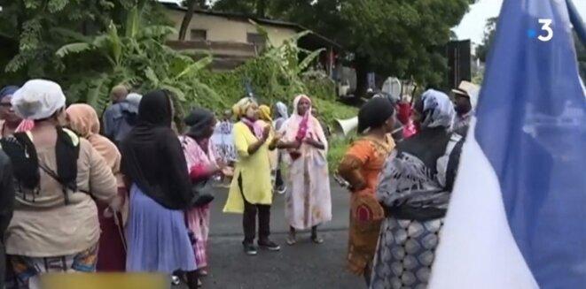 Un barrage à Mayotte, filmé par France 3 cette semaine © Capture d'écran Franceinfo