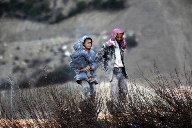 Refugiados sirios esperan para cruzar a Turquía, cerca de la frontera, el 7 de febrero de 2016. © Reuters