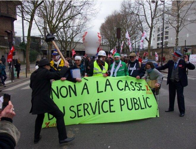 L'association Attac, mobilisée dans le cortège de la fonction publique, met en scène l'unité des revendications entre fonctionnaires. © MG
