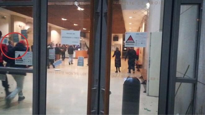 Philippe Pétel applaudit la fermeture des portes de l'établissement après son évacuation par des hommes encagoulés et armés. © Document Mediapart