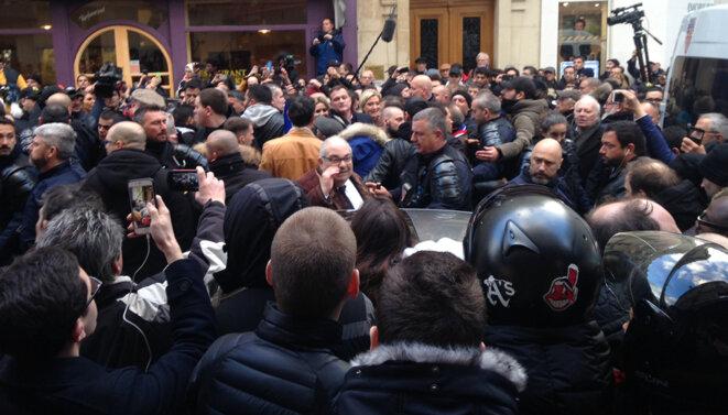 Marine Le Pen dans la foule - 19h15 Rue Chevreul le 28 mars 2018