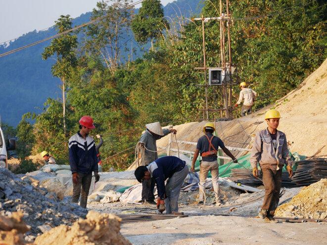 Des ouvriers chinois au travail sur le chantier d'une nouvelle route entre Vang Vieng et Vientiane. © Laure Siegel
