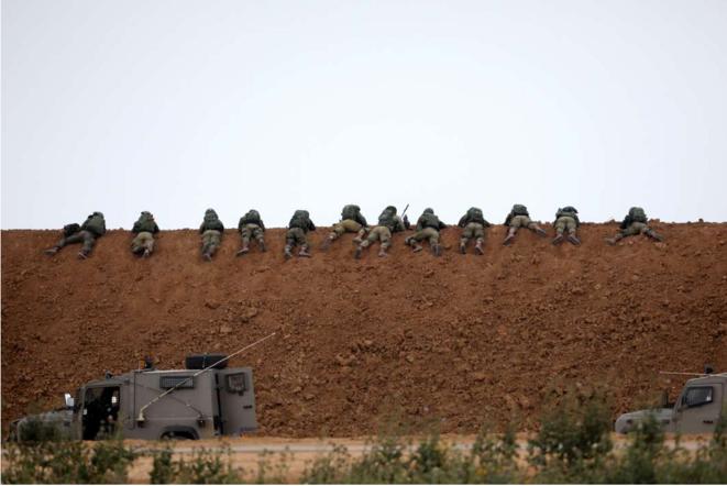 Derrière le talus, les snipers. © Le Monde