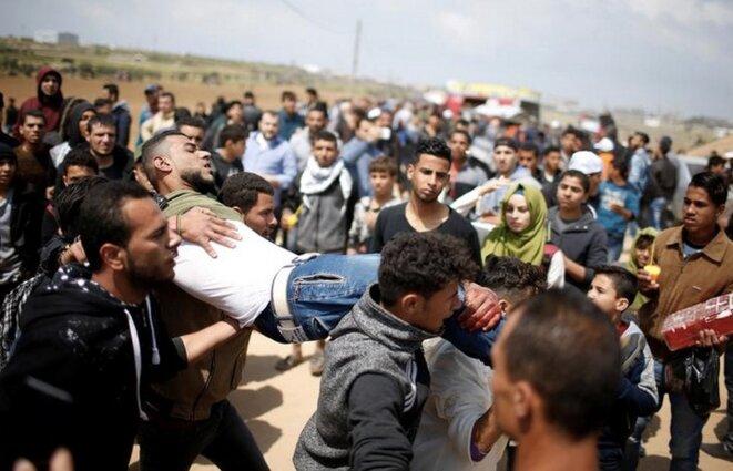 Un manifestant palestinien blessé, vendredi 30 mars, à la frontière entre Gaza et Israël. © Reuters