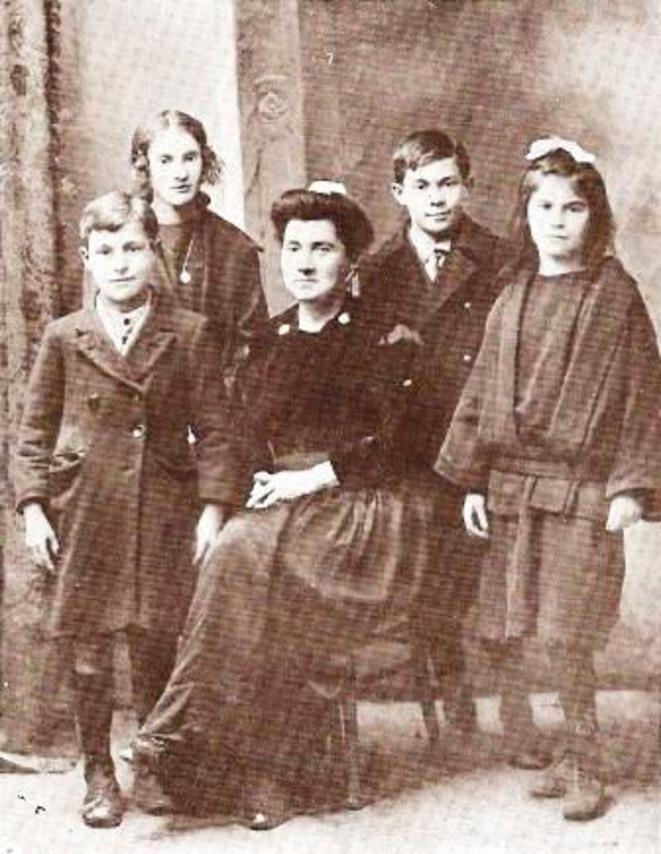 Marie-Jeanne Seznec et ses 4 enfants.