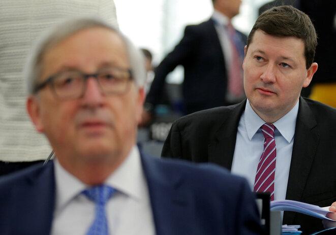 Martin Selmayr y en primer plano, Jean-Claude Juncker, el 13 de marzo de 2018 en el Parlamento Europeo de Estrasburgo. © Reuters / Vincent Kessler