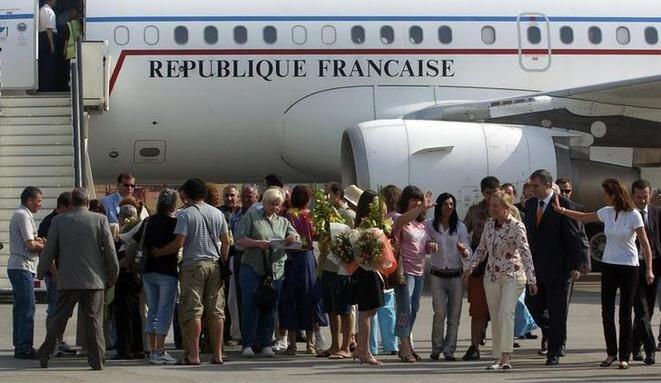 """Cecilia Sarkozy (a la derecha) y las """"enfermeras búlgaras"""" a su llegada al aeropuerto de Sofía (Bulgaria), 24 de julio de 2007. © Reuters"""