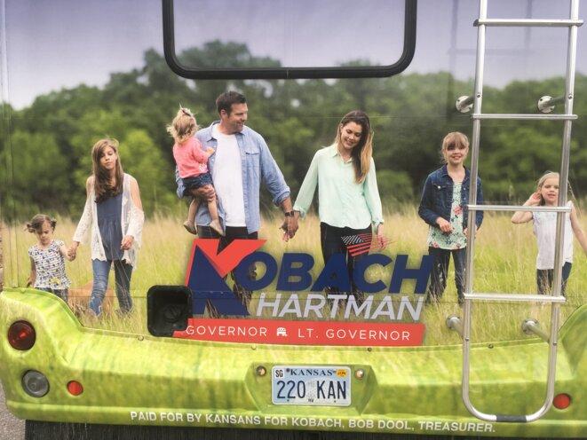 Sur son bus de campagne, Kris Kobach met en scène sa famille au milieu des champs © Mathieu Magnaudeix
