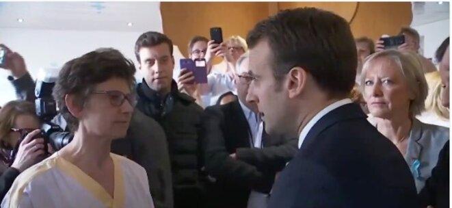 Emmanuel Macron échange avec une aide-soignante à Rouen, le 5 avril 2018. © DR