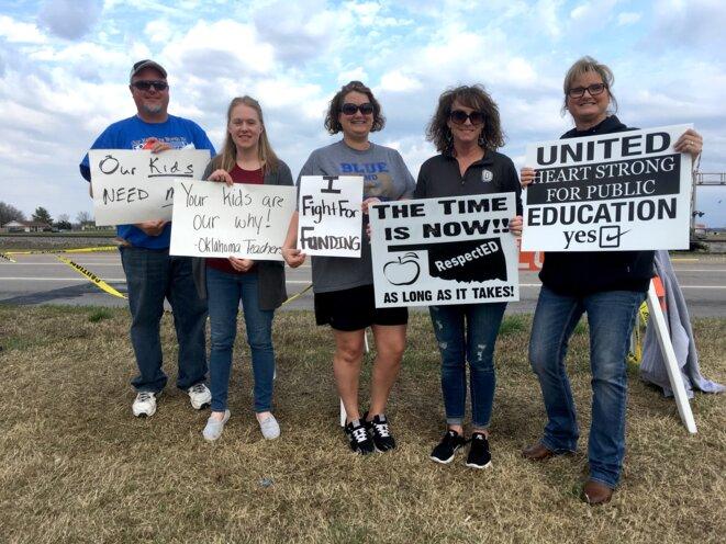 Au bord d'une route au nord de Tulsa, les enseignants d'Oologah sensibilisent les automobilistes © Mathieu Magnaudeix