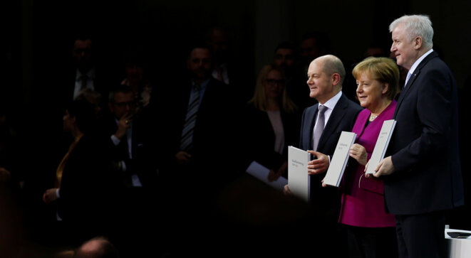 Les représentants des trois formations lors de la signature du contrat de coalition, le 12 mars 2018 : Olaf Scholz (SPD), Angela Merkel (CDU), Horst Seehofer (CSU) © Reuters