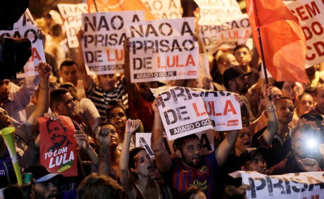 """""""Pas de prison pour Lula"""" : des manifestants à Sao Bernardo do Campo, le 5 avril 2018 © Reuters / Paulo Whitaker"""