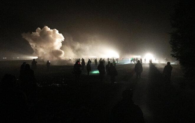 Lundi peu après 3 heures du matin, face-à-face entre zadistes et gendarmes dans un champ de la ZAD. © CG